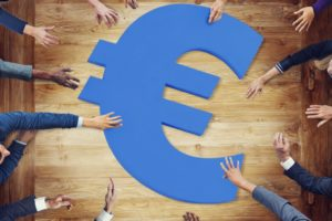 'Banken bestaan alleen nog maar omdat wij zo stom zijn ons geld erheen te brengen'