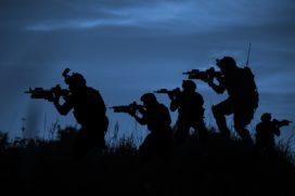 Soldaten scrummen in het bos